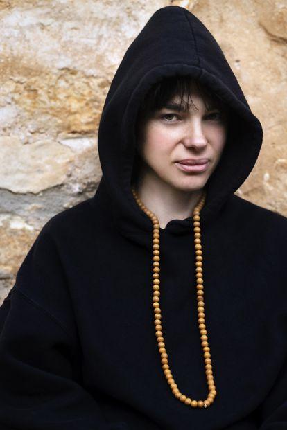 Beatriz Montañez con el collar de cuentas nepalí que lleva cuando medita.