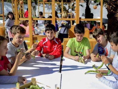 Alumnos del colegio Cervantes durante su clase en el huerto del colegio.