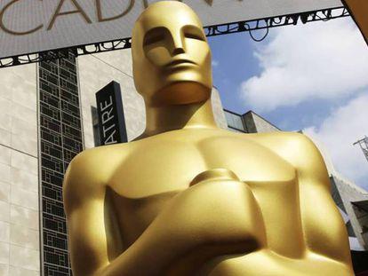 Un estatua del Oscar a la entrada del Teatro Dolby. En vídeo, estas son las películas favoritas para los Oscar 2019.