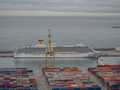 El crucero Costa Deliziosa en el puerto de Barcelona.