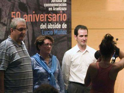 Iñaki Beristain (izquierda), junto a Mari Cruz Gordoa y Juan Biain, miembros de Arantzazu Adiskideak.