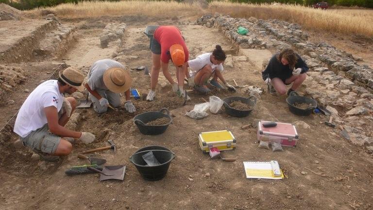 Arqueólogos trabajando en 2014 en el yacimiento de La Muela.
