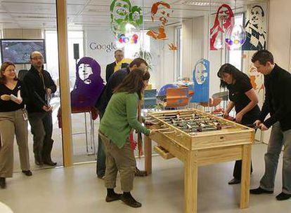 Empleados de Google juegan al futbolín en su sede en España. La firma tiene un exitoso modelo de gestión del talento.