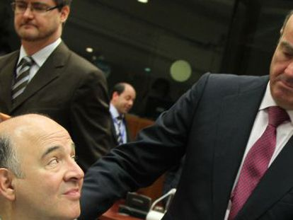 Luis de Guindos saluda al ministro de Economía de Francia, Pierre Moscovici.