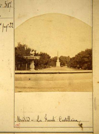Foto anterior a 1863 en la que se aprecia la fuente del cisne (a la altura del actual Rubén Darío) y, al fondo, la fuente de la Castellana (actual glorieta de Emilio Castelar).