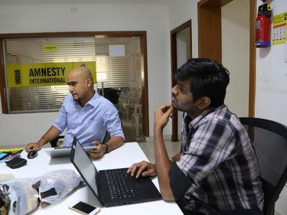Dos empleados de Amnistía Internacional en las oficinas de Bangalore, India, en una foto de archivo de febrero de 2019
