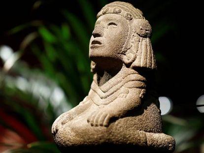 Figura representando a la diosa azteca del agua Chalchiuhtlicue, una de las piezas subastadas este miércoles en París