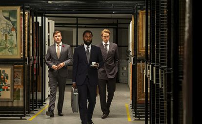 John David Washington (centro) y Robert Pattinson (derecha) en un momento de 'Tenet', de Christopher Nolan.