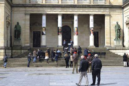 Entrada de la Diputación de Álava decorada con motivos de la conmemoración de la Batalla de Vitoria.