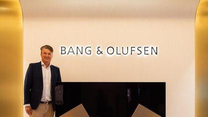 Kristian Teär, consejero delegado de Bang & Olufsen, junto a uno de los equipos de la firma.