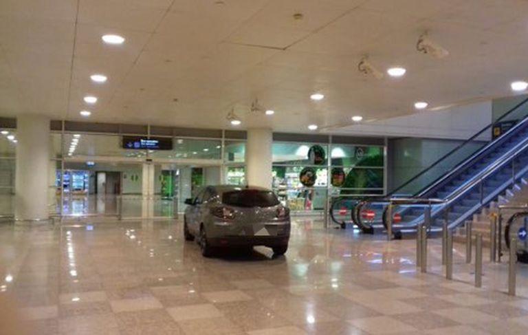 El vehículo que ha accedido a la zona intermodal de la terminal 1 de El Prat.