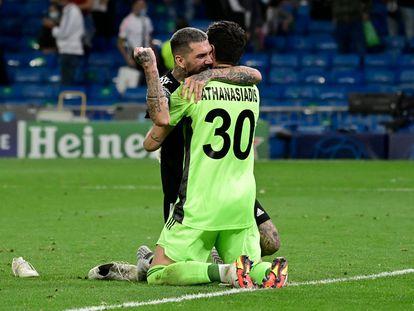 Kolovos abraza a Athanasiadis después de la victoria del Sheriff en el Bernabéu.