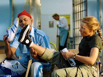 Bill Murray y Cate Blanchett comparando zapatillas en 'Life aquatic' (2005).