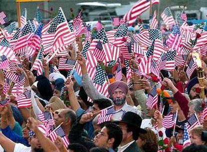Miembros de diversas comunidades de EE UU participan en un acto en Los Ángeles de homenaje a las víctimas del 11-S.