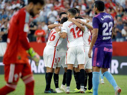 Los jugadores del Sevilla celebran su segundo gol.