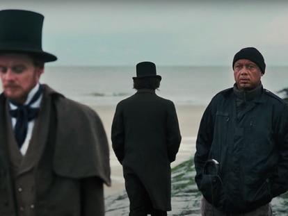Josh Hartnett y Raoul Peck (derecha) durante el rodaje de 'Exterminad a todos los salvajes'.