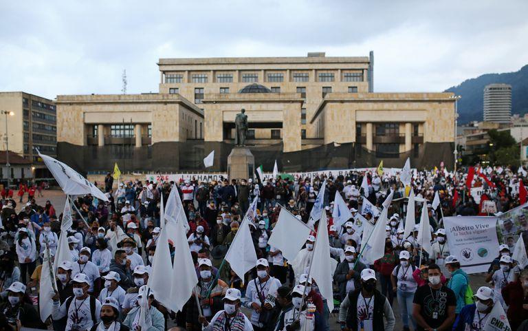 Excombatientes de las FARC marcharon en Bogotá para pedir al Gobierno que los proteja de los asesinatos.