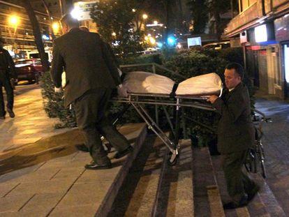 Empleados de la funeraria trasladan la noche del viernes el cuerpo de la víctima de Chamartín.