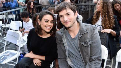 Los actores Mila Kunis y Ashton Kutcher, en el paseo de la Fama de Hollywood en 2018.