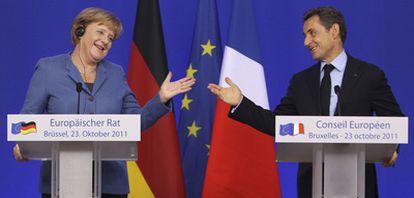 Merkel y Sarkozy comparecen ante la prensa tras la cumbre del pasado domingo en Bruselas.