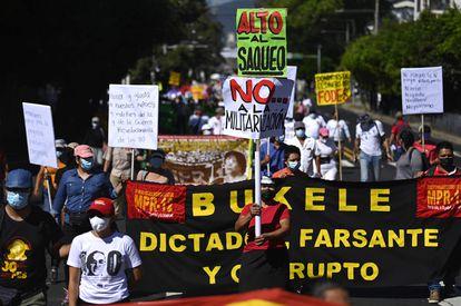 Integrantes de organizaciones salvadoreñas protestan contra el Gobierno de Nayib Bukele, el pasado 22 de enero.