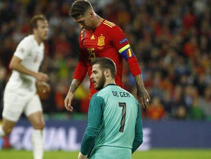 David de Gea y Sergio Ramos tras uno de los goles de Inglaterra. En vídeo, declaraciones de Luis Enrique tras el partido.
