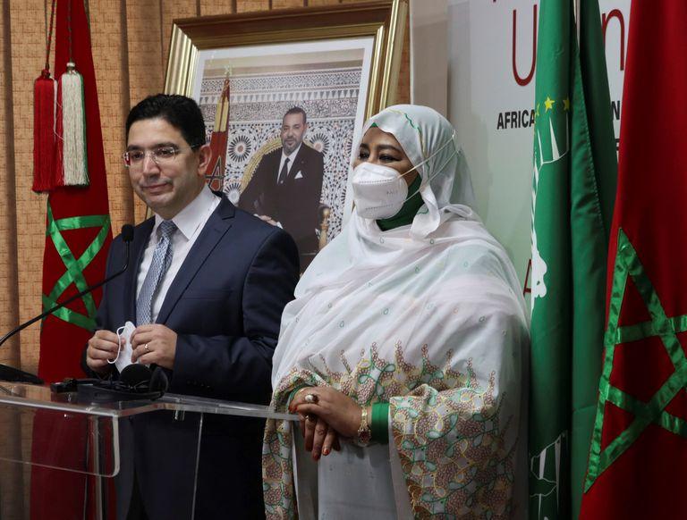 El ministro marroquí de Asuntos Exteriores, Naser Burita, y la comisaria de Asuntos Sociales en la Unión Africana, Amira El Fadil, durante la inauguración este viernes en Rabat de la sede del Observatorio Africano de Migraciones (OAM).