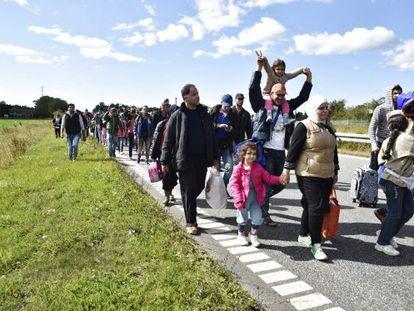 Refugiados Sirios se dirigen a pie a Dinamarca en 2019.