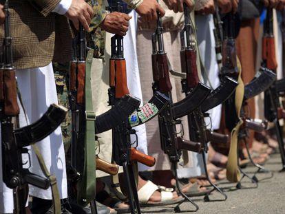 Milicias leales a los rebeldes Huthi esgrimen sus fusiles AK-47 en una concentración en Saná (Yemen).