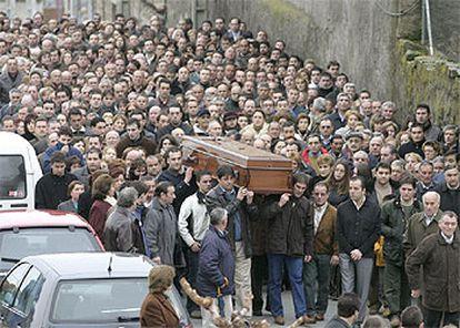 Familiares y amigos han trasladado el féretro con los restos mortales del ciclista.