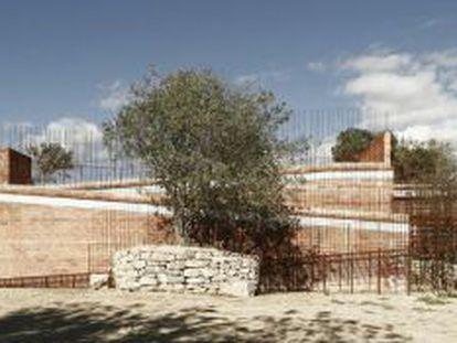 El edificio creado sobre el túmulo megalítico de Seró del estudio de arquitectos Jordi Gironés, premiado con el FAD.