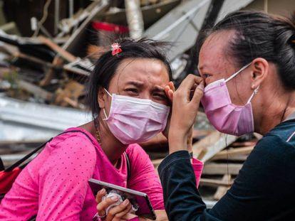 Dos mujeres víctimas del terremoto y el tsunami del pasado viernes lloran junto a los escombros de un hotel, este miércoles en Palu.