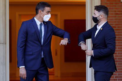 El presidente del Gobierno, Pedro Sánchez, con el portavoz de ERC, Gabriel Rufián, este jueves en el Palacio en La Moncloa.