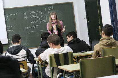 Alumnos del Instituto Bellvitge del L'Hospitalet del Llobregat (Barcelona) durante una clase de educación financiera