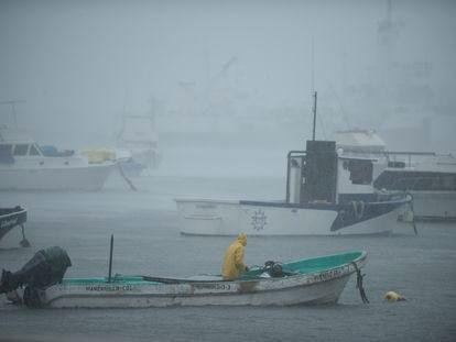 Una persona envía un bote a un lugar seguro mientras el huracán Nora pasa por la costa de Colima.