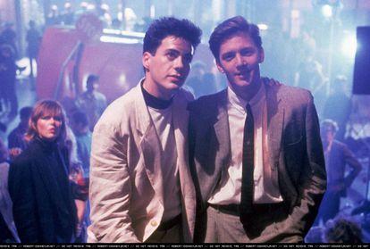 Robert Downey Jr. y Andrew McCarthy en 'Golpe al sueño americano' (1987).