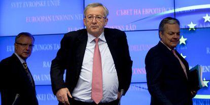 El presidente del Eurogrupo, Jean-Claude Juncker (centro), el comisario europeo de Asuntos económicos y monetarios, Olli Rehn (izqda.), y el ministro belga de Finanzas, Didier Reynders, a su llegada a la rueda de prensa tras la reunión en el Consejo de Europa, en Bruselas.