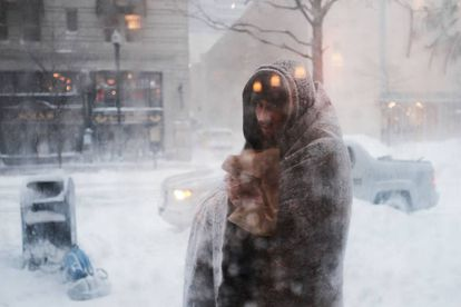 Un 'sin techo' sufre una tormenta de nieve en Boston (EE UU).