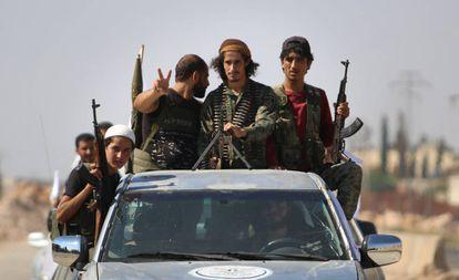 Rebeldes sirios, este martes, en la provincia de Idlib.