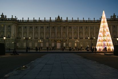 Atardecer en el Palacio de Oriente, donde recibe el árbol iluminado de Teresa Sapey + Partners.  