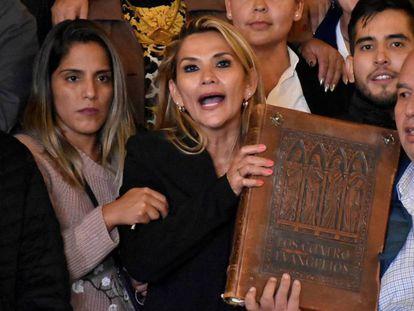 Jeanine Áñez sujeta los Evangelios tras proclamarse presidenta interina, el pasado noviembre.