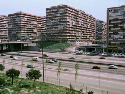 Imagen de las colmenas, de José Banús, cárcel física y mental de Carmen Maura en '¿Qué he hecho yo para merecer esto?' (Pedro Almodóvar, 1984).