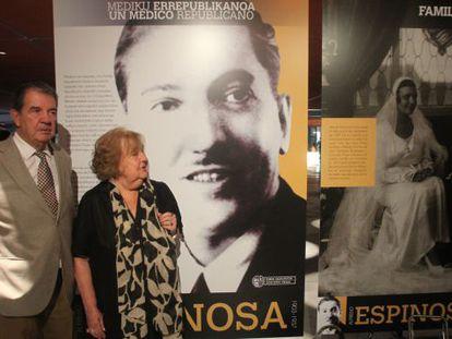 Alfredo y Mª Victoria Espinosa acudieron a la presentación de la exposición dedicada a su padre.