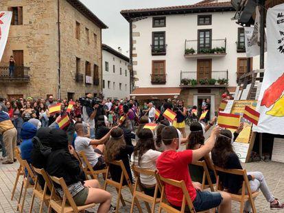 Varios manifestantes representan en la plaza de Alsasua el acto político de Albert Rivera en el que se unieron Cs, el PP y Vox.