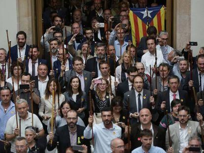 Alcaldes en el Parlament tras la declaración unilateral de independencia, el 27 de octubre de 2017.