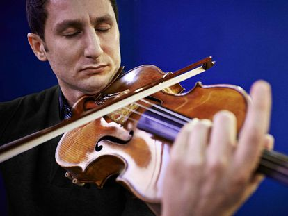 El músico Antoine Tamestit, con su Stradivarius.