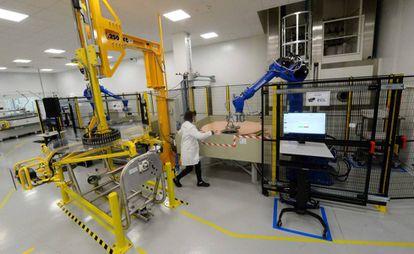 Una empleada de una fábrica robotizada en Saint-Benoit (Francia).