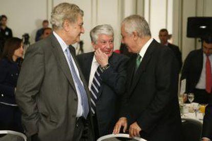 Jesús Posada (izquierda), este martes, con Arturo Fernández y el popular Javier Arenas