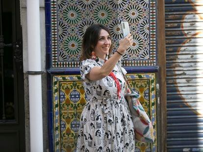 """Sonia Taravilla, autora de la cuenta en Instagram y Twitter de """"Un sereno de Madrid"""", ante los azulejos de la Bodega del Águila, en La Latina."""