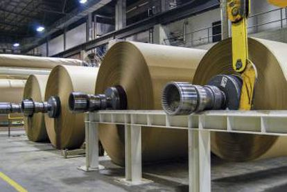 Bobinas de papel Kraftliner en la fábrica de Europac de Viana do Castelo (Portugal).